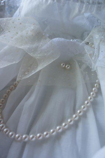 ウェディングドレスにパールを